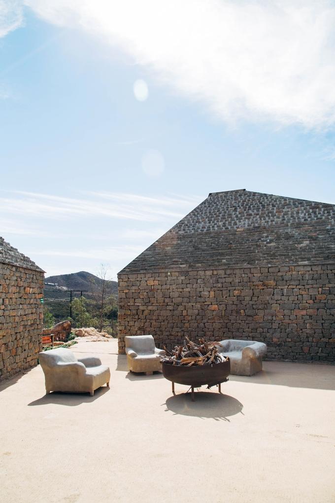Clos de Tres Courtyard
